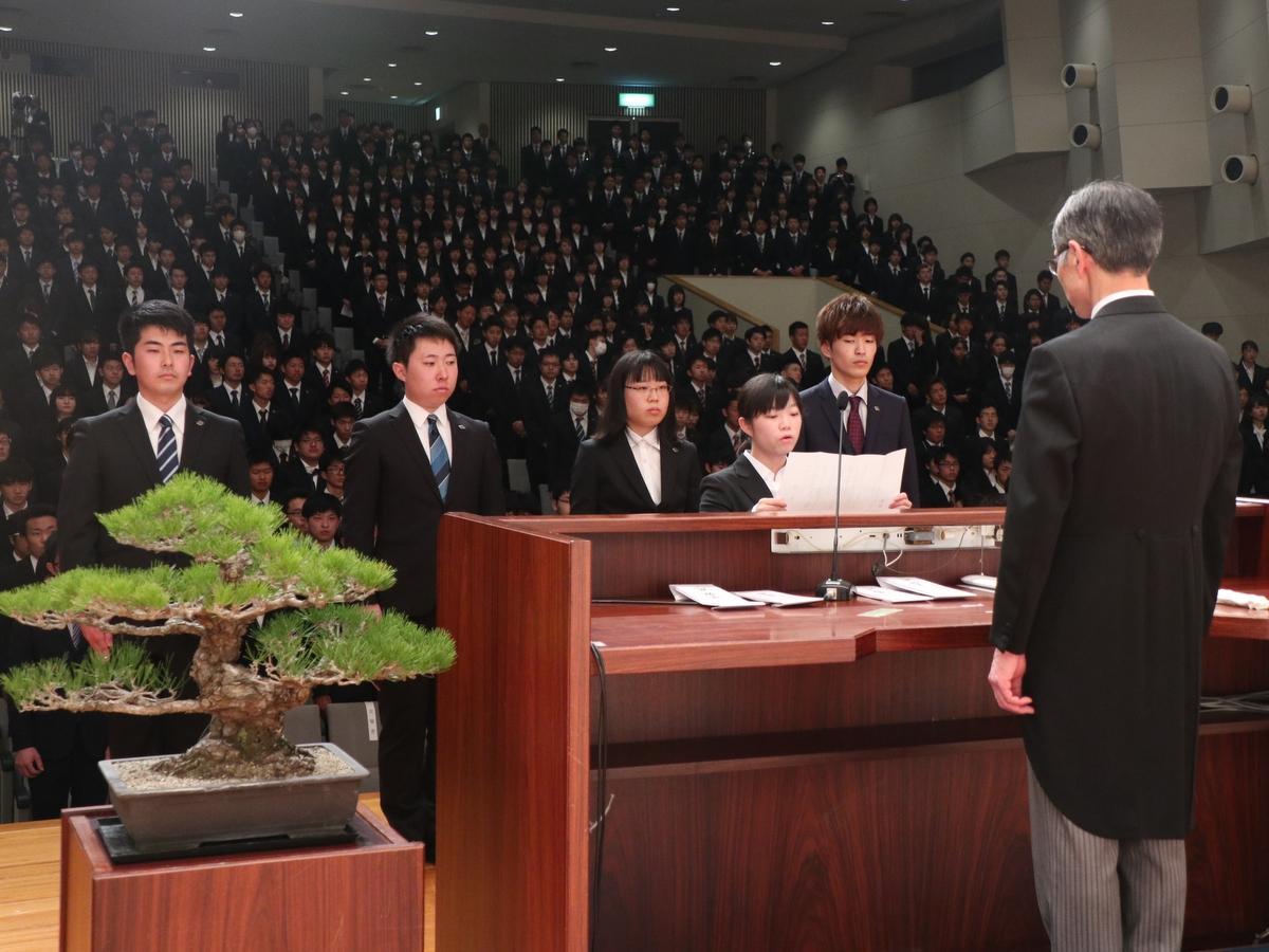皇学館大学の入学式に803人 伊勢神宮参拝後式典に