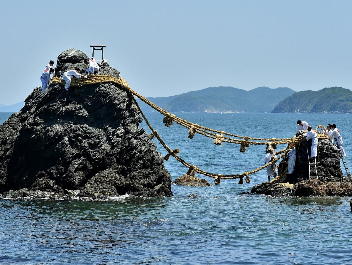 二見興玉神社の夫婦岩の大しめ縄張り替え、みんなで送り新しく