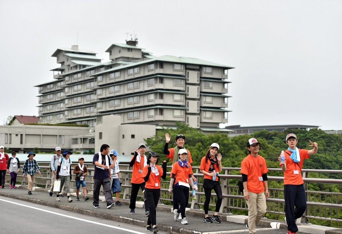 「伊勢志摩ツーデーウオーク」に約3000人 賢島をスタート