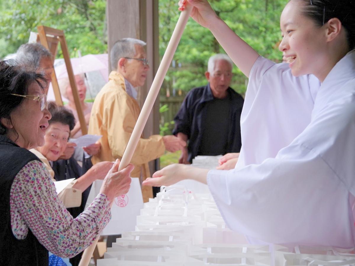 伊勢神宮から120センチのヒノキの杖 今年80歳になった高齢者1362人に