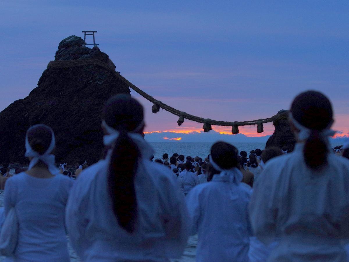 伊勢・二見興玉神社で「夏至祭」 夫婦岩の海水に身を沈め、みそぎ