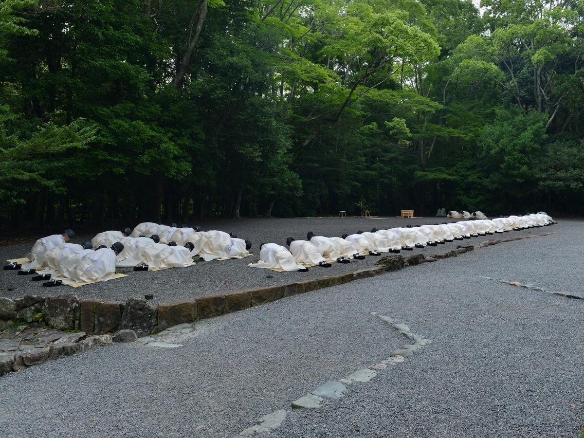 伊勢神宮で「夏越の大祓」 五十鈴川に向かって深々と頭を垂れる
