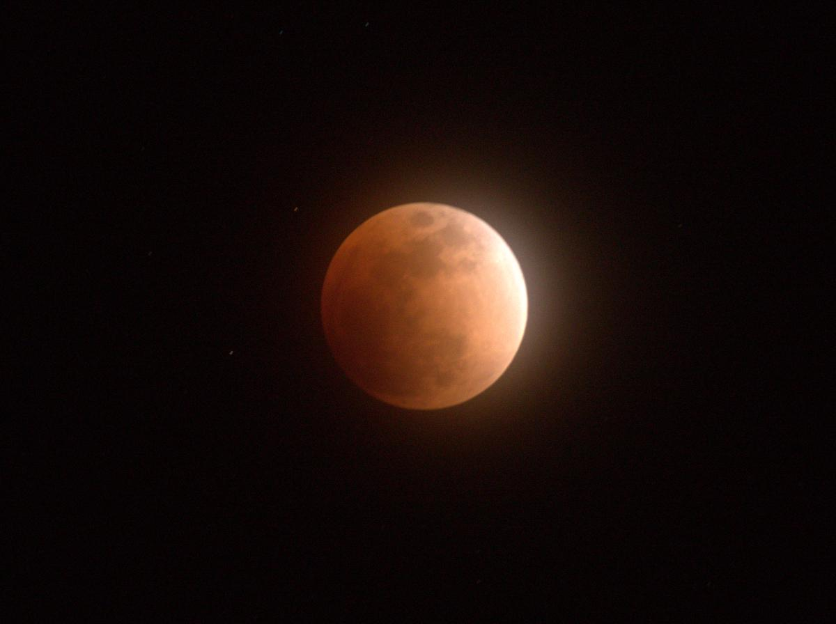 伊勢神宮宇治橋大鳥居正面から「赤い満月」 皆既月食(薄っすらと雲が掛かった赤銅色の満月)