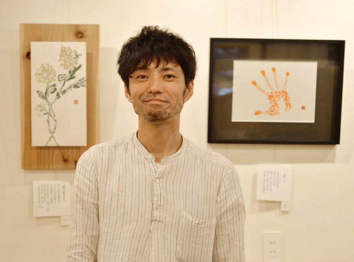 伊勢で書家の小林勇輝さんの作品展 サミットで使用されたカップデザインの作品も