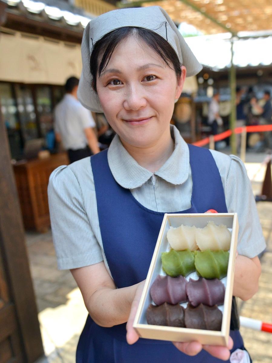 黒赤緑白の「4色の赤福餅詰め合わせ」今日から販売 初日混乱なく500セット完売