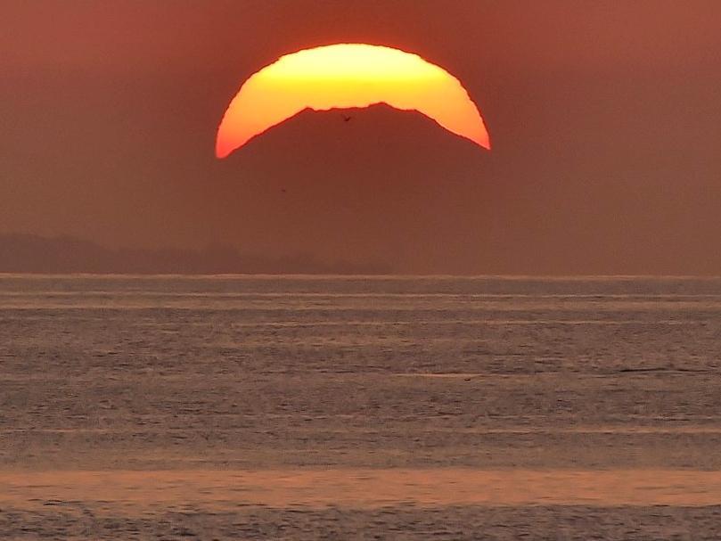 伊勢湾沿いの海岸から200キロ先の富士山と朝日重なる「王冠富士」(撮影=泊正徳)