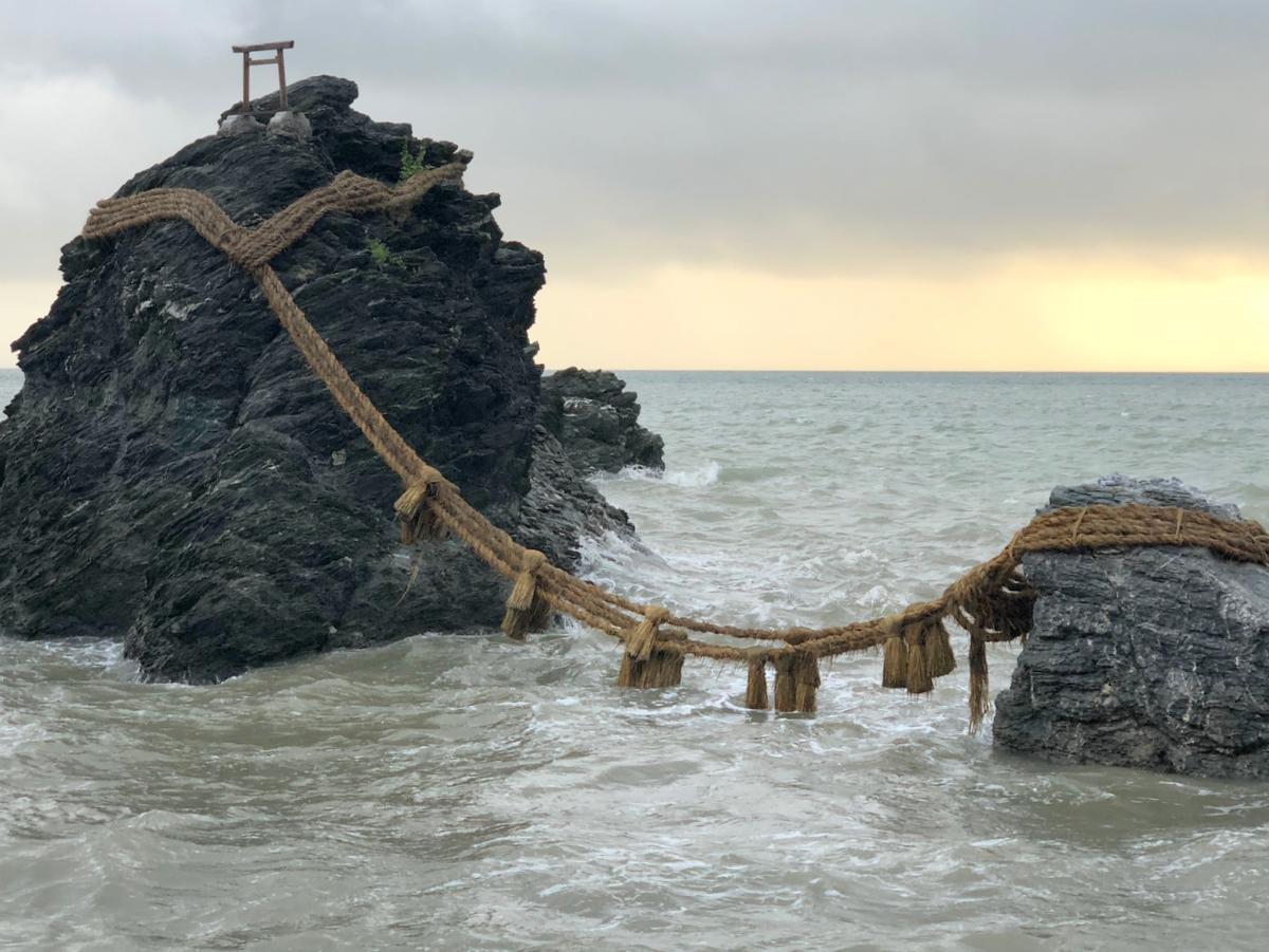 伊勢市に初上陸の台風、伊勢湾入り口隙間から 夫婦岩の大しめ縄持ちこたえる