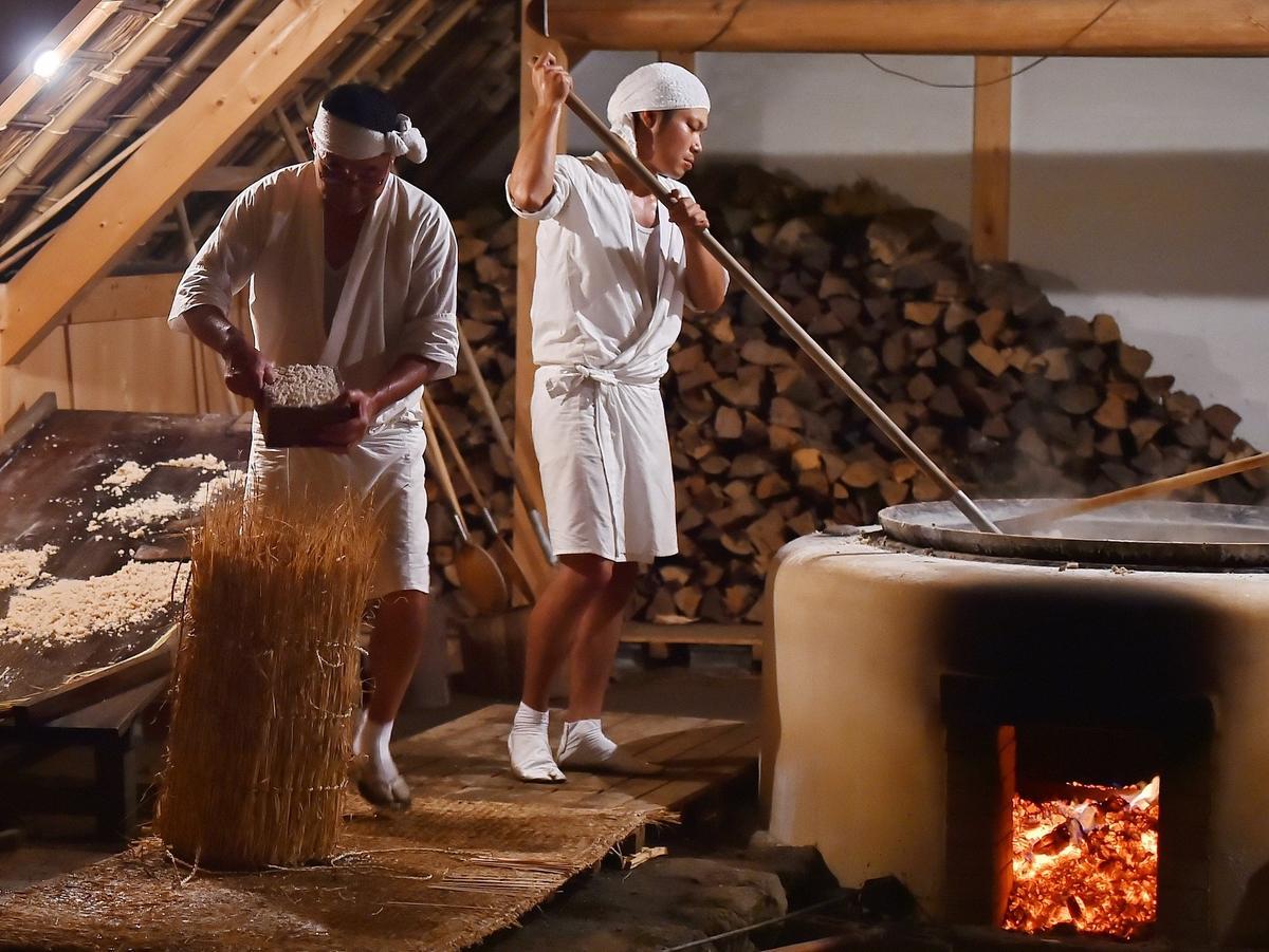 伊勢神宮で使う御塩 伊勢・二見町の御塩殿神社で塩焼き作業