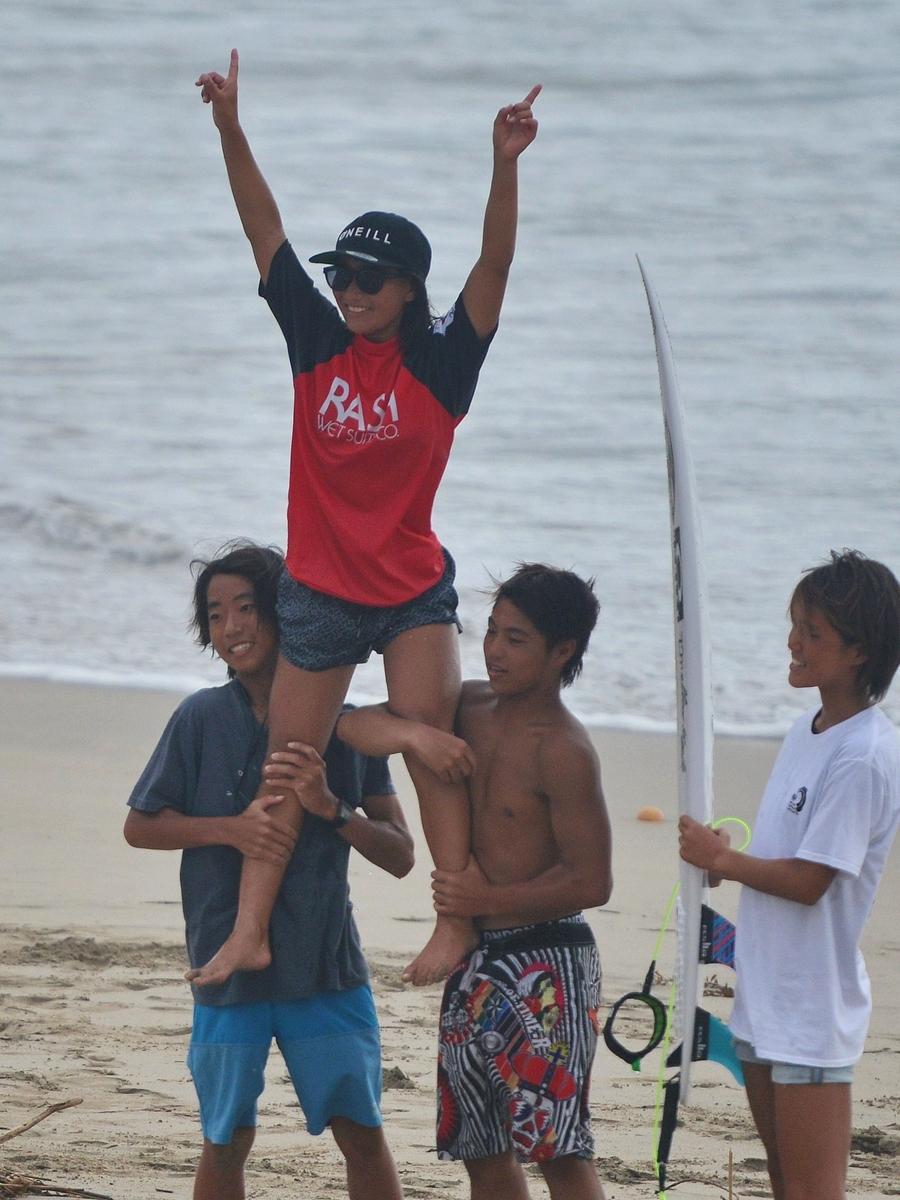 志摩・国府浜で「全日本サーフィン選手権大会」開幕 全国から1030人 ガールズクラス優勝の中塩佳那選手(山形)