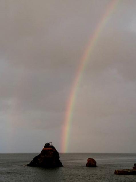 伊勢・二見興玉神社の夫婦岩 台風20号で5本の大しめ縄切れる、その間から虹(撮影=岡みどりさん)
