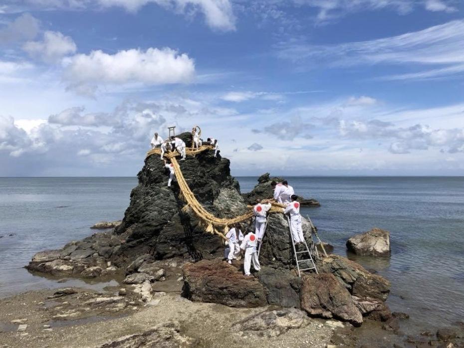 伊勢・二見興玉神社の夫婦岩のしめ縄張り替え、台風で延期し菊の節句に