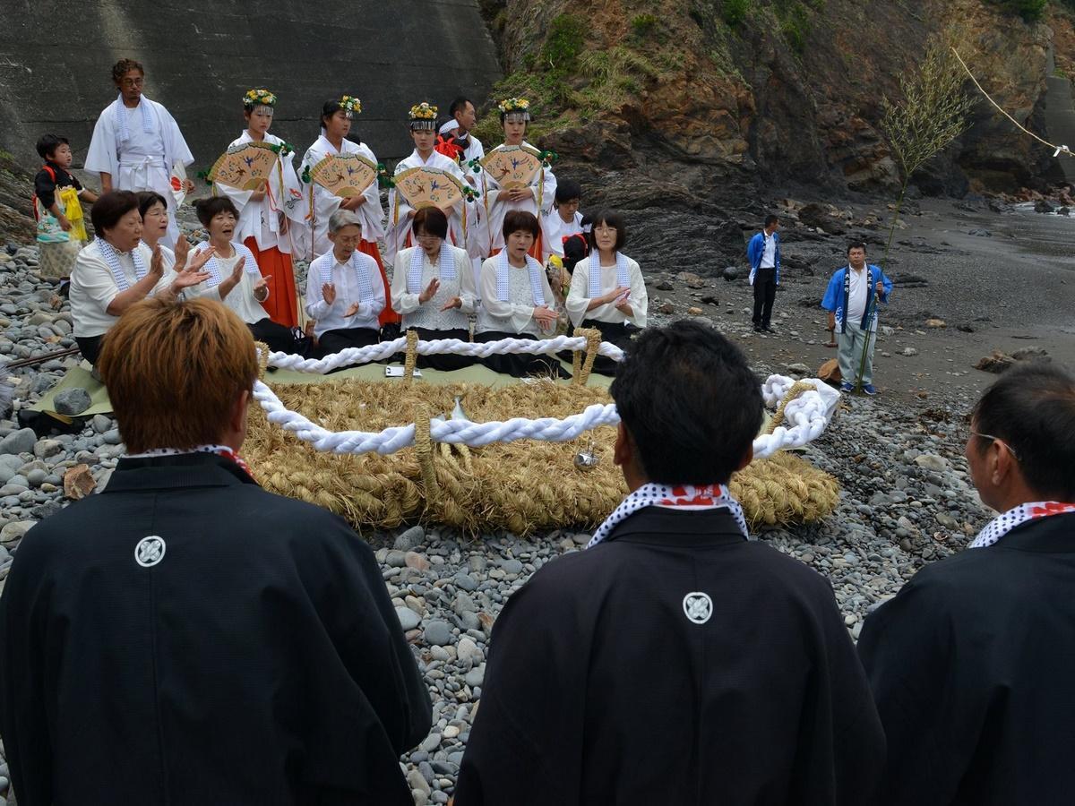志摩で巨大わらじを海に流す祭り 大きさ2メートル以上、重さ100キロ