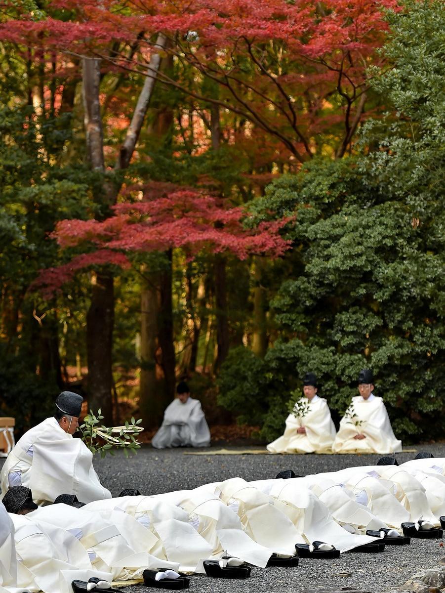 伊勢神宮内宮で「大祓」 神域の木々色づき、紅葉で赤く染まる五十鈴川