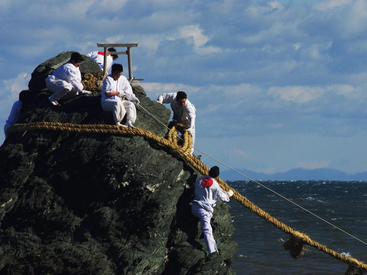 伊勢・二見興玉神社の夫婦岩の大しめ縄張り替え 200キロ離れる富士山も遠望(撮影=岩咲滋雨)一番右の氏子の上に富士山