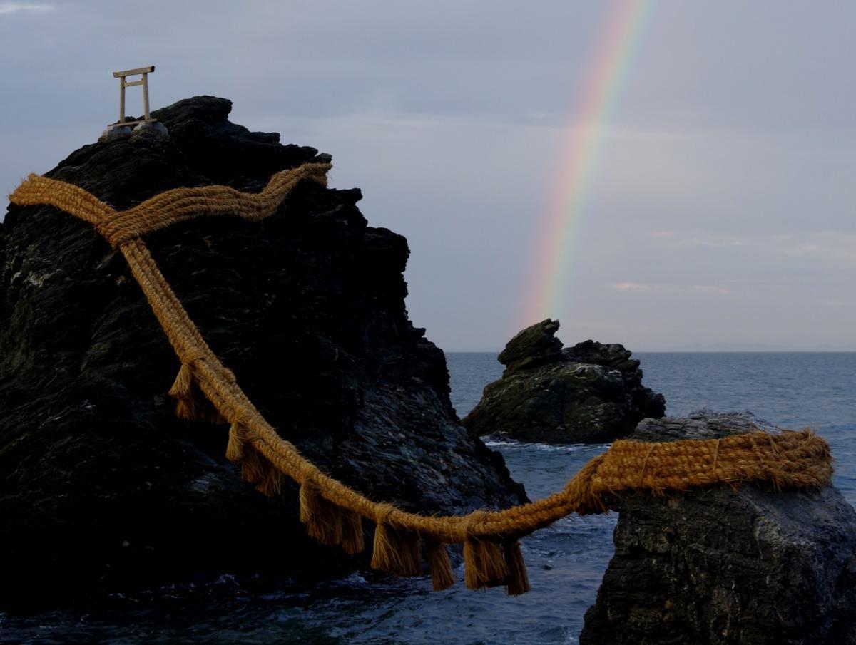 冬至に伊勢・二見興玉神社の夫婦岩の間から「大きな虹」と「まん丸の月」(撮影=岩咲滋雨)