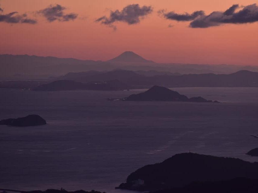 元日に伊勢志摩から「初富士」 標高555メートルの朝熊山からくっきり(撮影=加藤直人)
