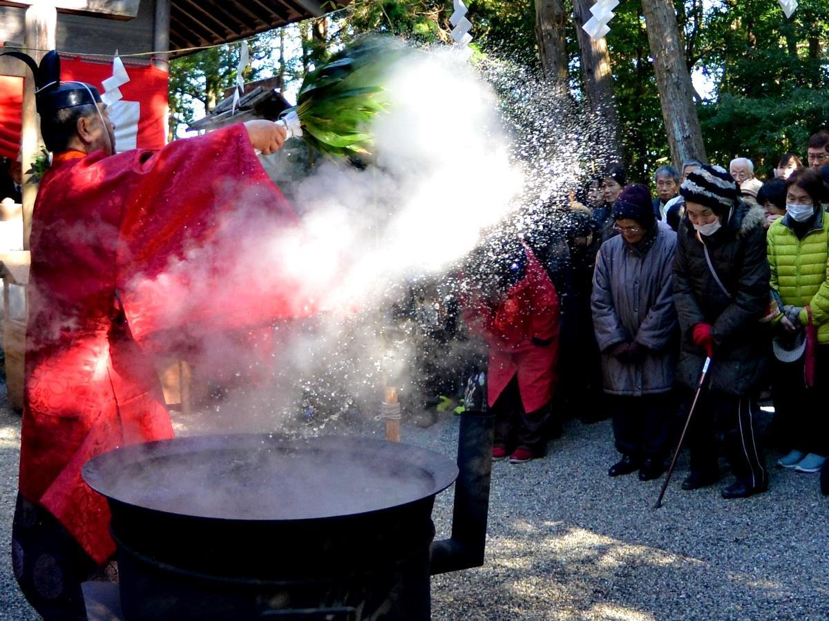 伊勢・二見「栄野神社」で湯立神事 煮えたぎる湯を全身で受け