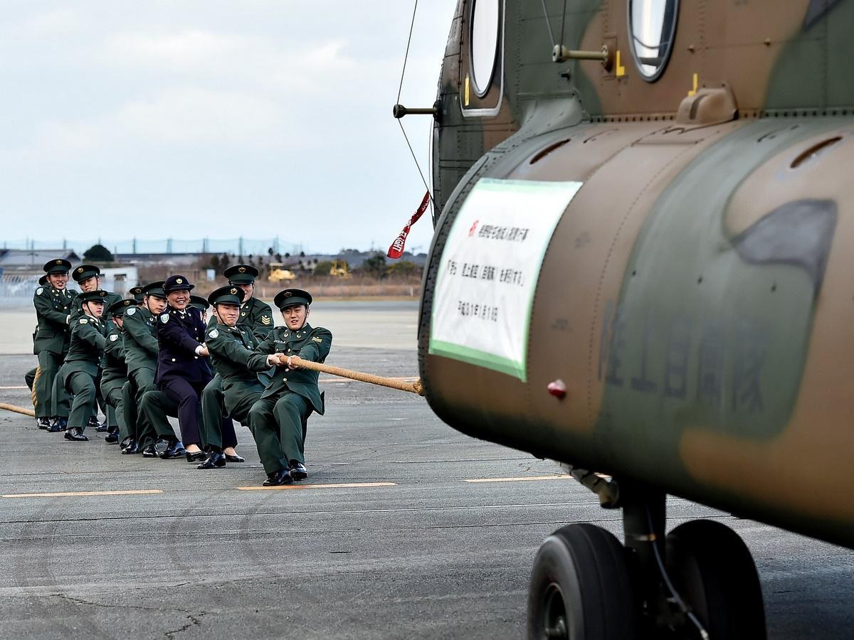 陸上自衛隊明野駐屯地で成人式 15トンの輸送ヘリコプターと綱引き