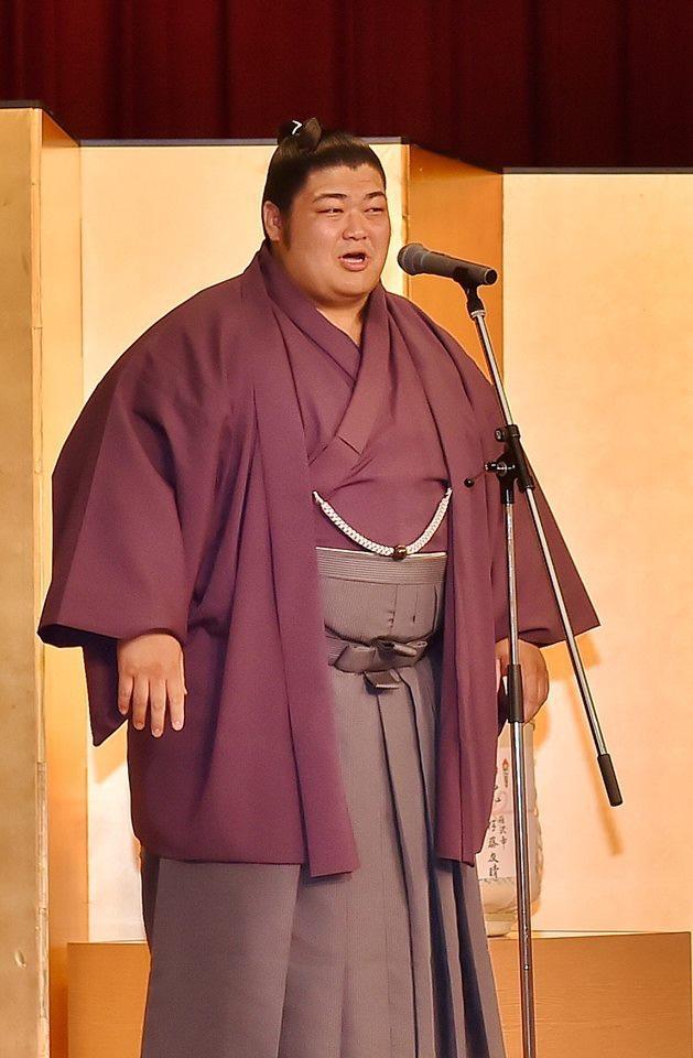 志摩市出身の力士「志摩ノ海」 初の十両優勝 後援会は大量の伊勢エビ準備(写真は2016年7月の新十両昇進祝賀会で挨拶をする「志摩ノ海」)
