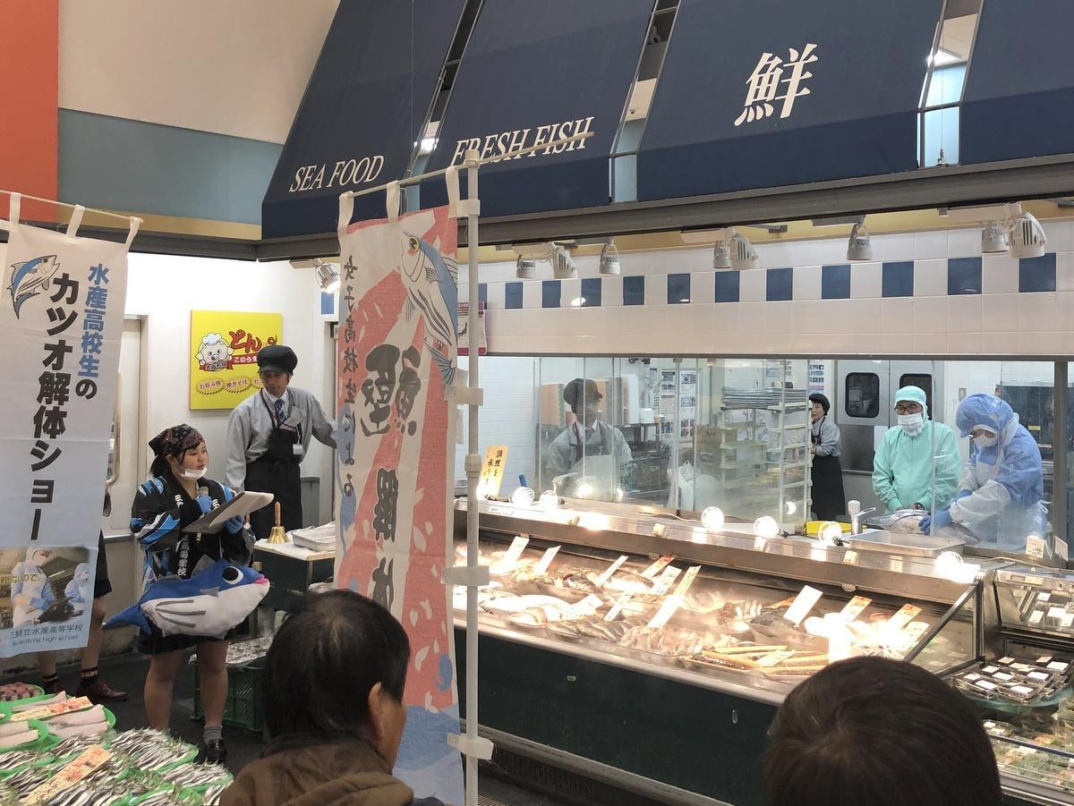 志摩の水産女子高生の「解体ショー」 同級生が実習で釣った巨大カツオ