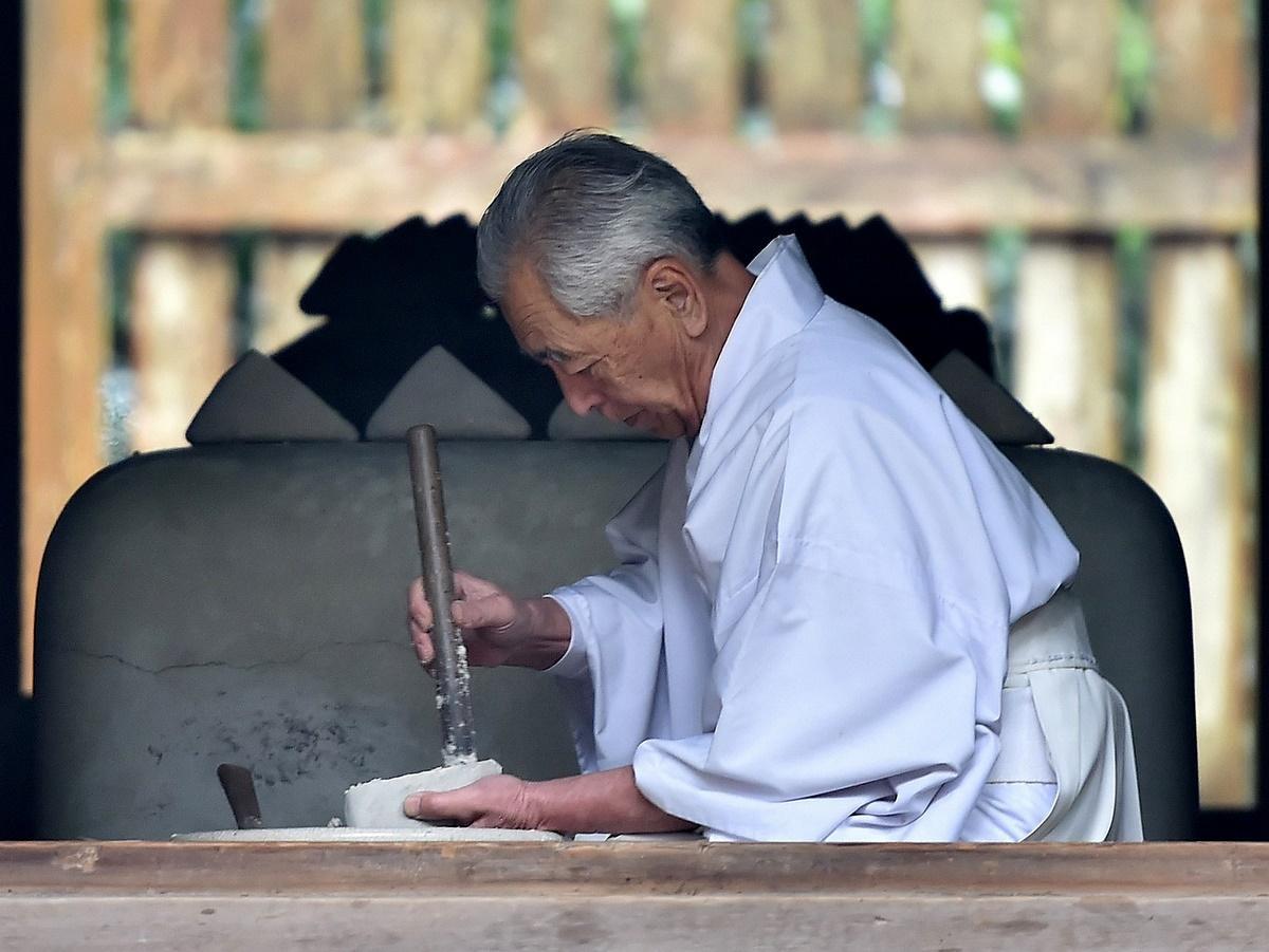 伊勢神宮で塩焼き固める作業 伊勢二見の御塩殿神社で
