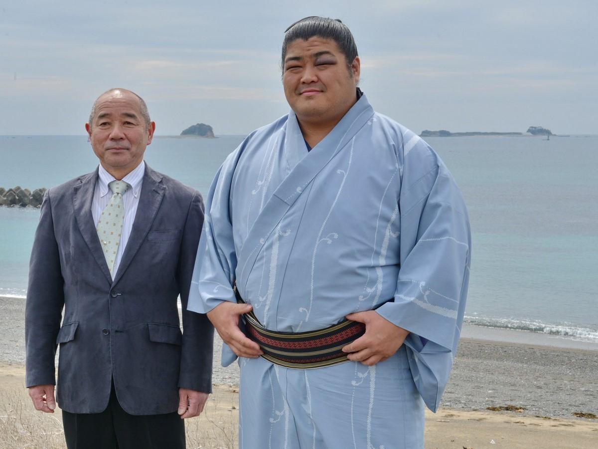 2場所連続十両優勝の志摩ノ海関、志摩の海をバックに地元で握手会