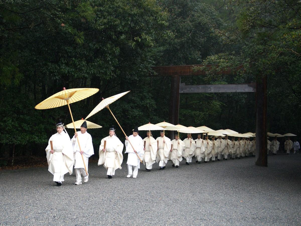 恵みの雨の伊勢神宮で天皇皇后両陛下のご結婚60年祝う臨時祭