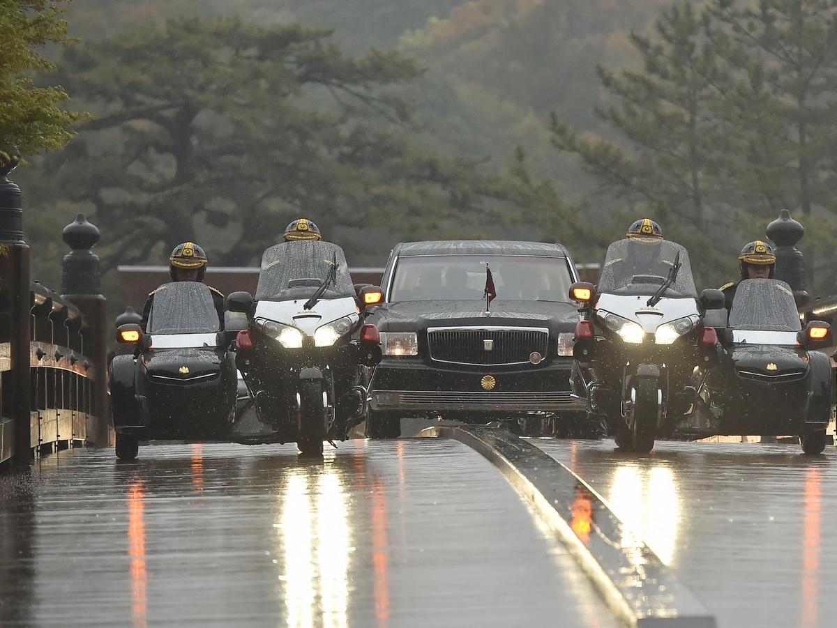 天皇皇后両陛下、光り輝く伊勢神宮・宇治橋を御料車で渡る(写真=泊正徳)