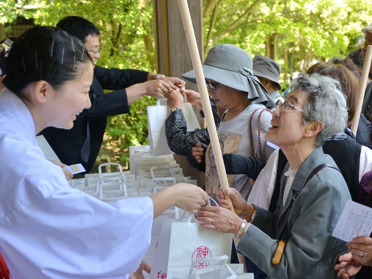 80歳の伊勢市民にヒノキの杖1500本 伊勢神宮から長寿の祝い