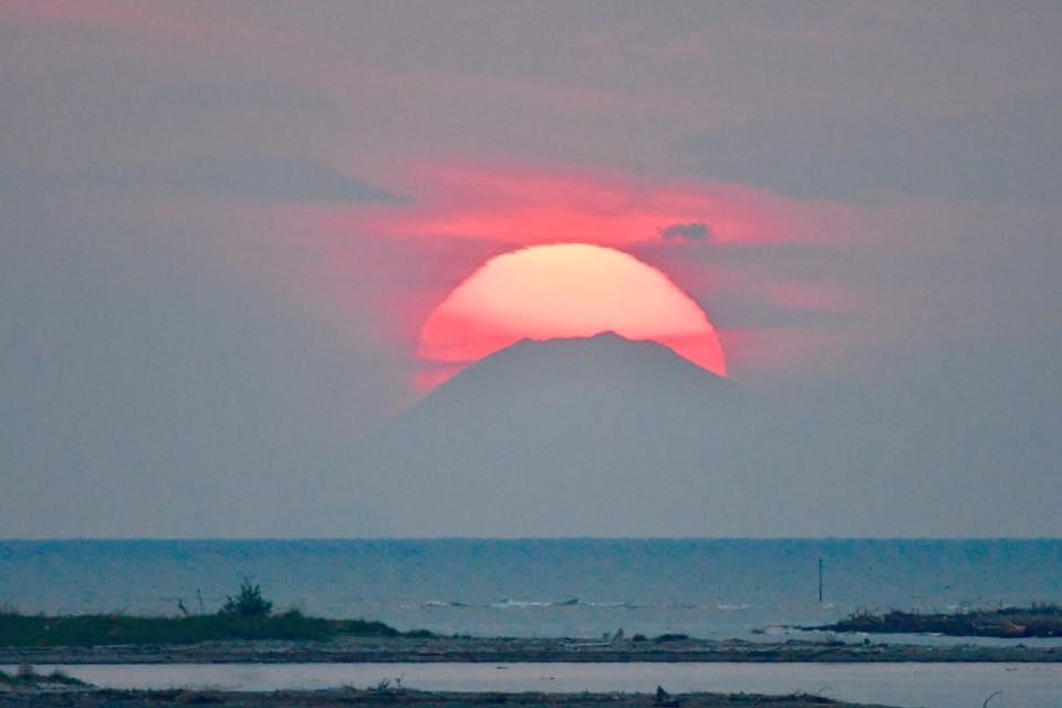 伊勢湾岸から「王冠富士」 直線距離で200キロ以上離れる富士山と朝日が重なる