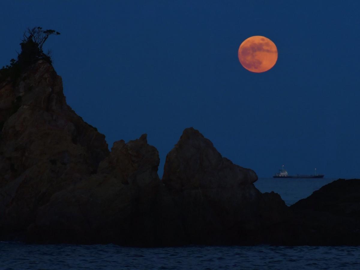 伊勢志摩の海にストロベリームーン 水平線からくっきり、月光の柱も
