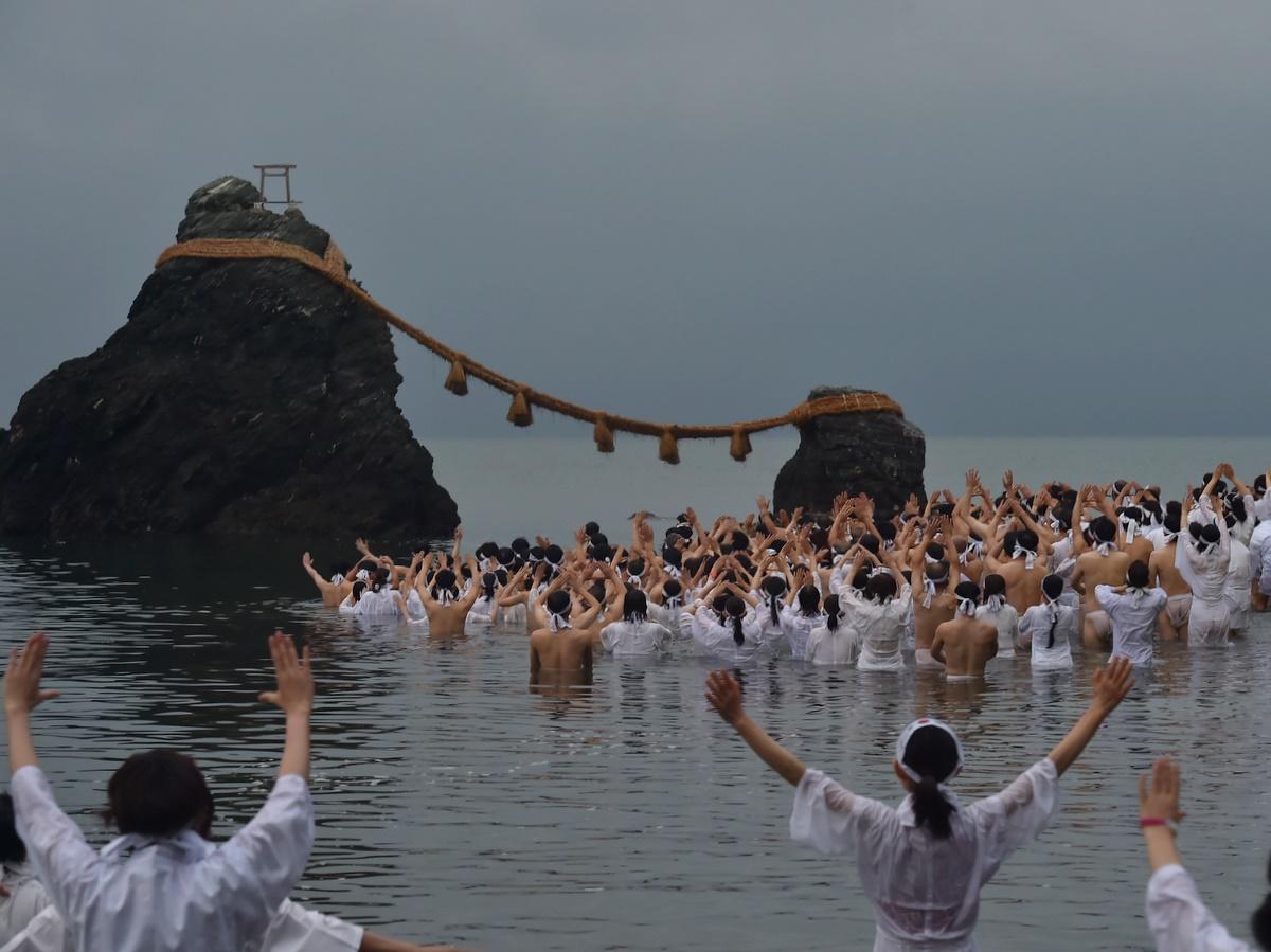 令和最初の「夏至祭」 伊勢・二見興玉神社の夫婦岩前で裸になりみそぎ(撮影=泊正徳)