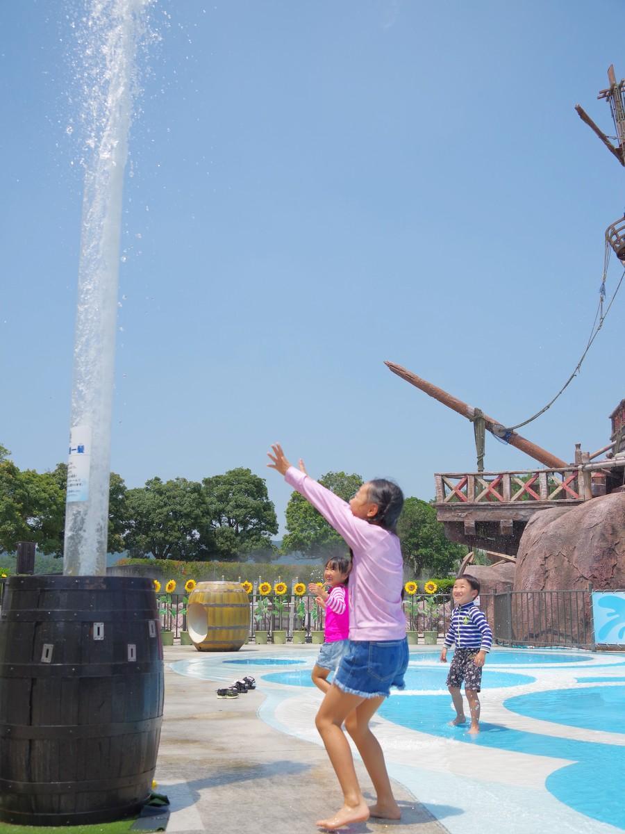 志摩スペイン村の水遊び場に大量の水 チャプチャプからジャブジャブに(写真=岩咲滋雨)