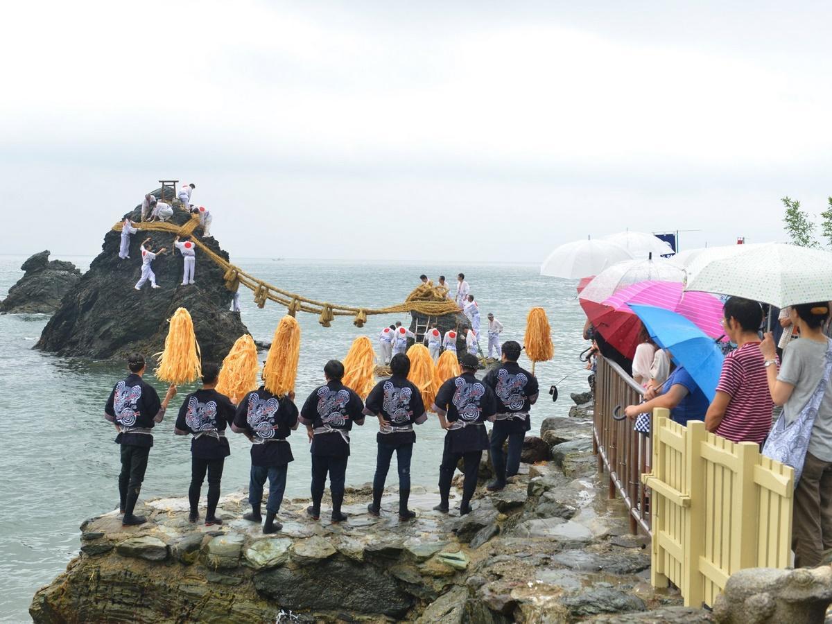伊勢・二見興玉神社で夫婦岩の大しめ縄張り神事 雨の中、新しく結ばれる