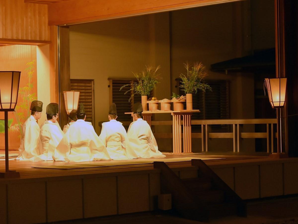 伊勢神宮内宮で「観月会」 冷泉流の古式作法で和歌披講