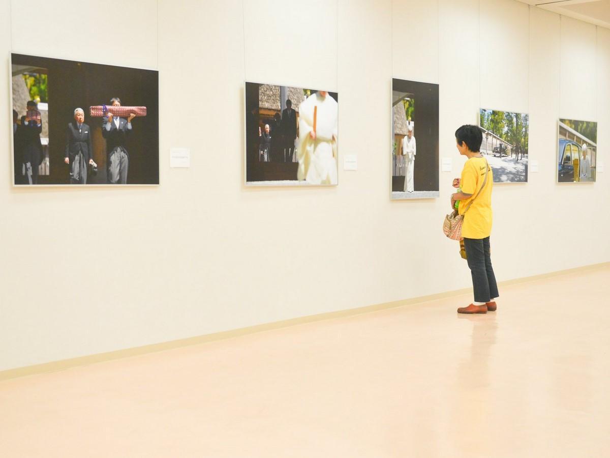 伊勢志摩経済新聞「報道写真展」両陛下のお姿30点 大王美術ギャラリーで