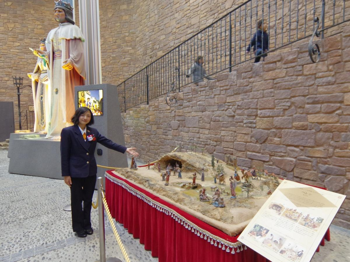志摩スペイン村もクリスマス 「ハビエル城博物館」に展示中の「ベレン」。この中にうんち人形が…