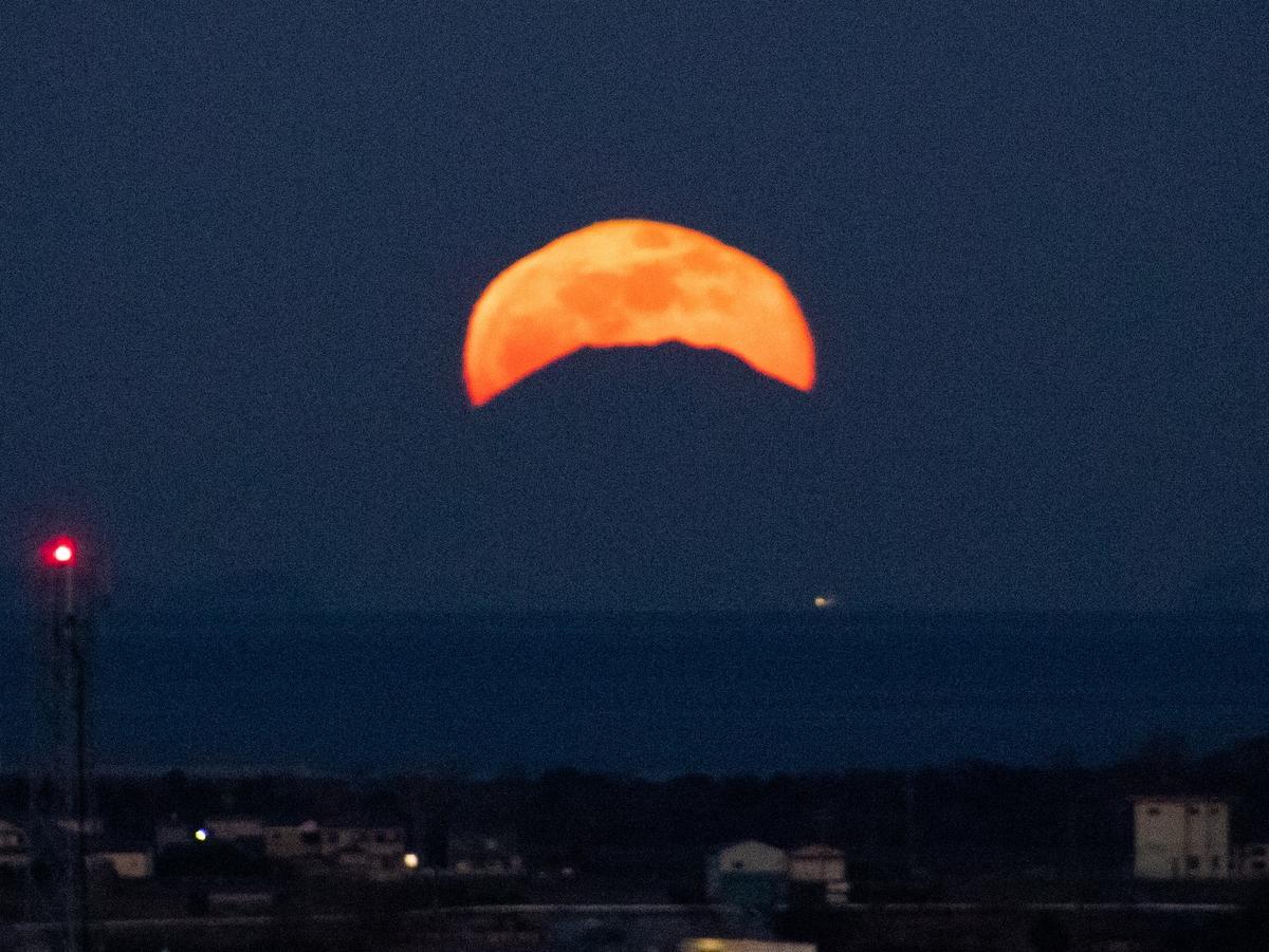 伊勢から210キロ以上離れた富士山とまん丸の月重なる 大仏山公園から(撮影=辻村佳和さん)