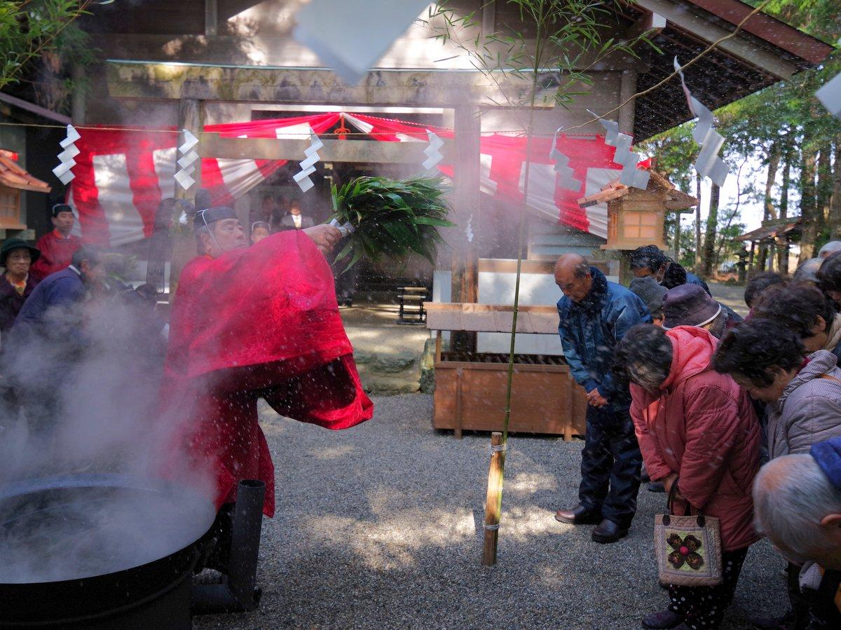 伊勢・二見興玉神社境内社「栄野神社」で湯立神事 煮立った湯のしずく全身に(撮影=岩咲滋雨)