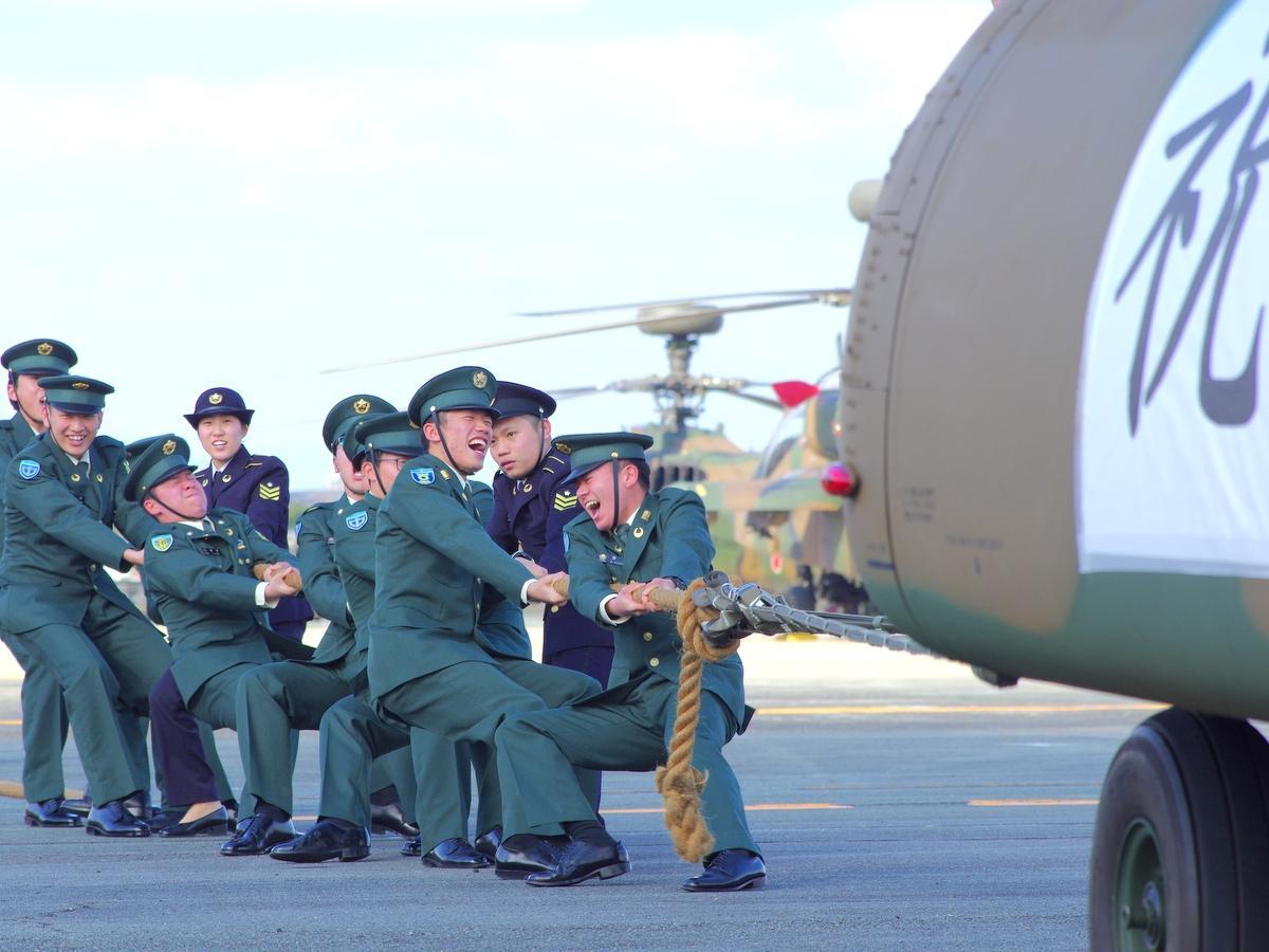 陸上自衛隊・明野駐屯地で成人式 新成人11人による輸送ヘリ綱引きも(撮影=岩咲滋雨)