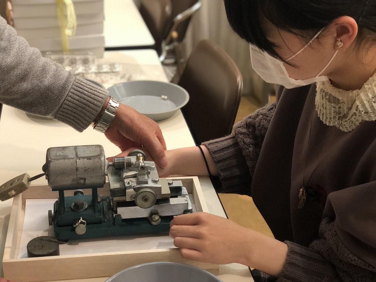 賢島の代々木高校3年生が真珠のアクセサリー作り体験 総合学習の授業で