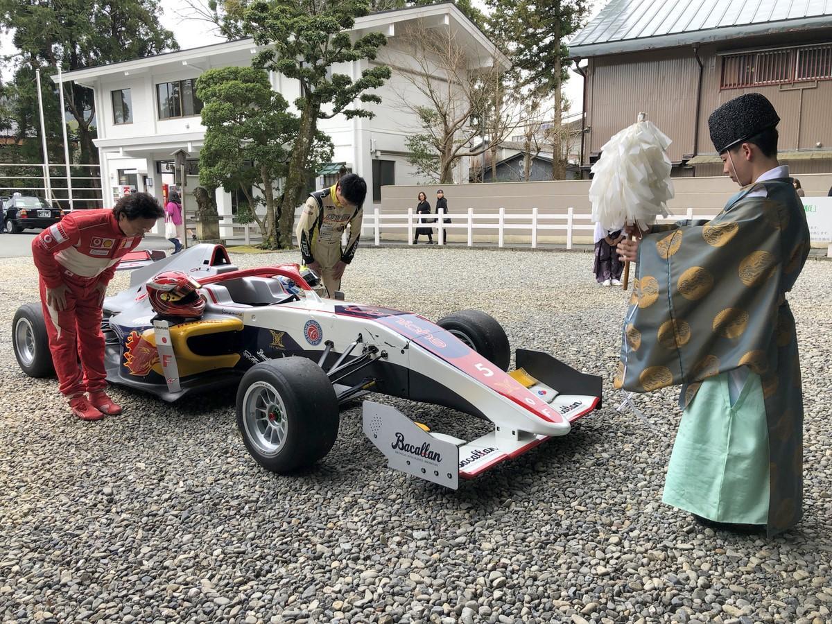 伊勢・猿田彦神社にフォーミュラカー 事故で命救われ、交通安全祈願