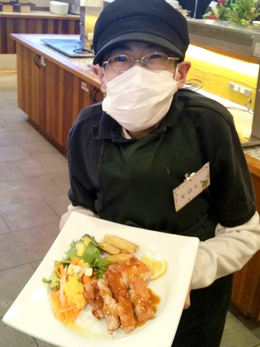 伊勢の飲食店、障がい者が働くのに最適なビュッフェスタイル中止 新型コロナで(サービスをするヒロくん、写真提供=クロフネファーム)