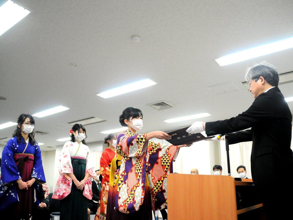 皇学館大学で卒業式 新型コロナ予防で式典縮小、全員マスク着用