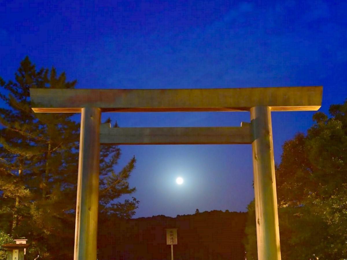 伊勢神宮宇治橋前大鳥居正面からまん丸の月のぼる(撮影=宮嶋浩一)