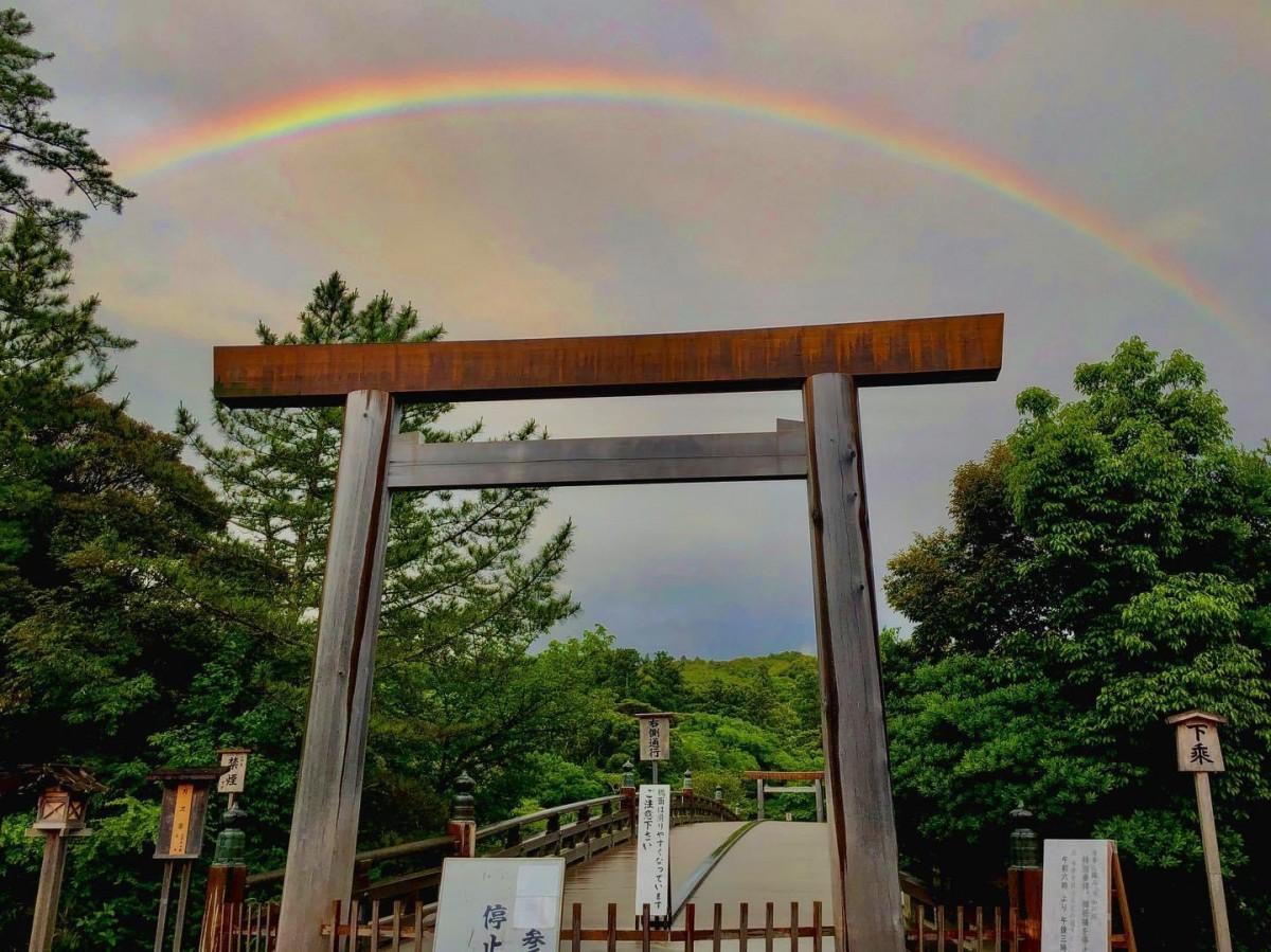伊勢神宮内宮大鳥居と宇治橋を包み込む大きな虹 コロナ終息の瑞兆か
