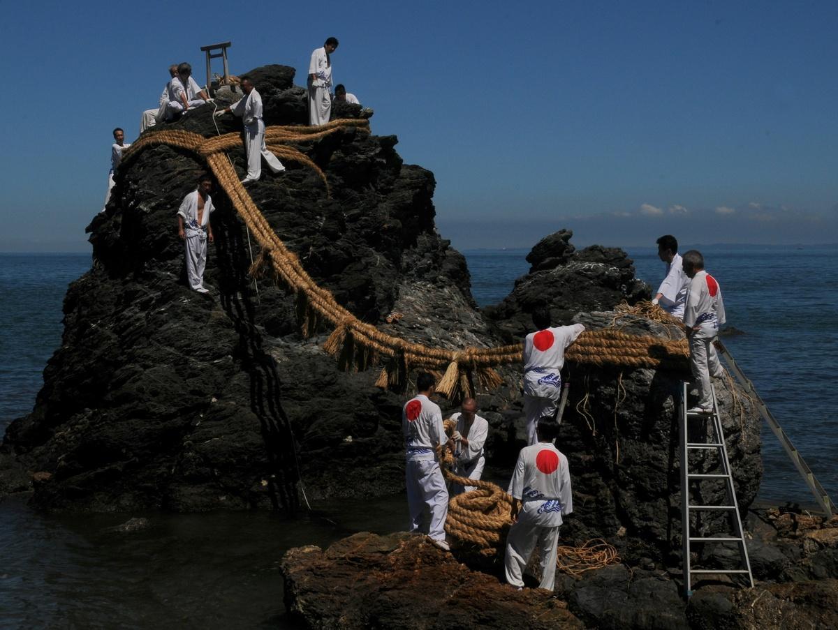 二見興玉神社・夫婦岩の大しめ縄新しく 「中今を見つめ、明日をいい日に」