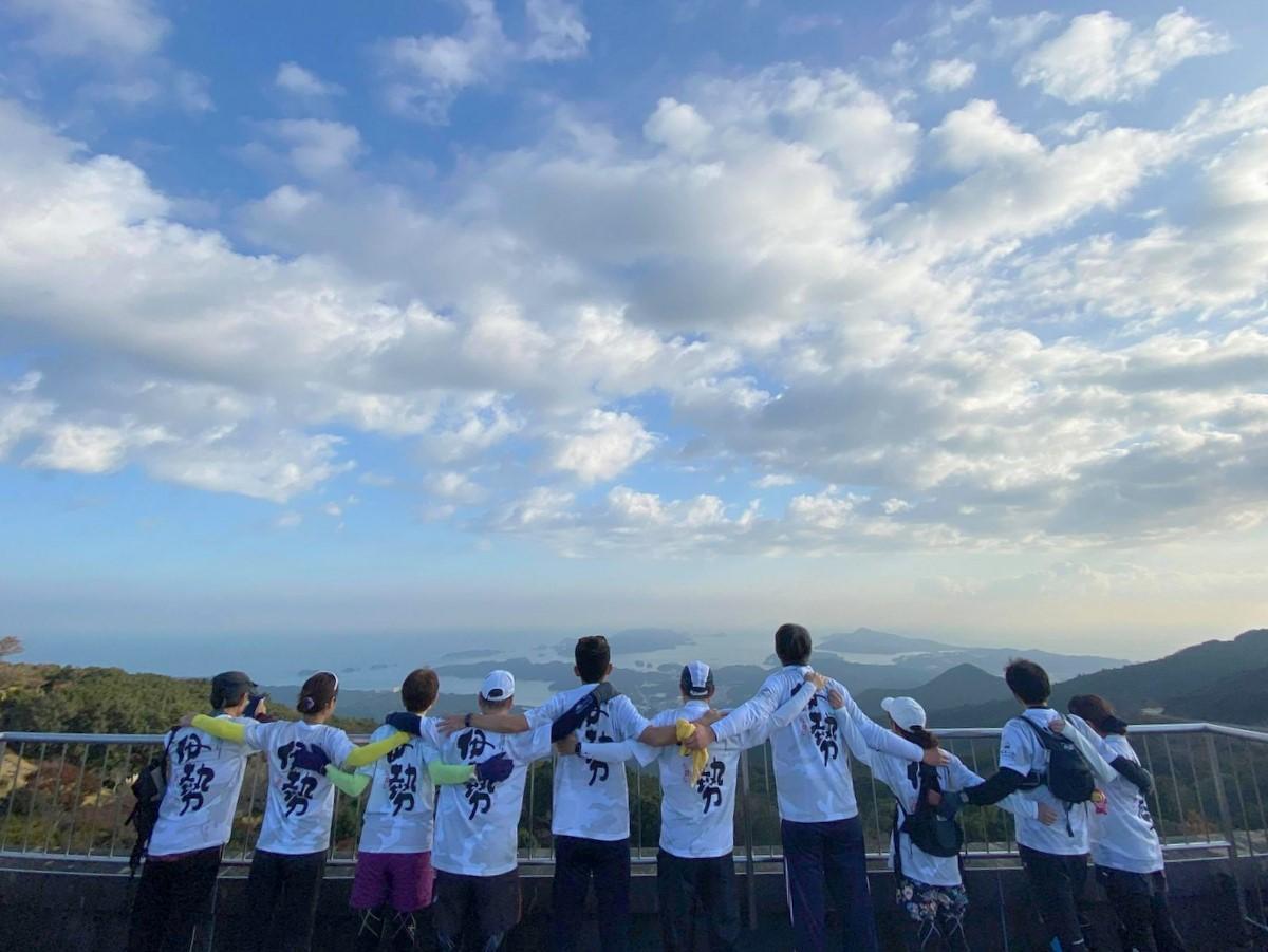 伊勢で「マラニック」 コロナ禍でマラソン大会中止受けラン旅ツアー企画(撮影=山本都紀)555メートルの朝熊山をトレイルランニングした後に山頂で記念撮影