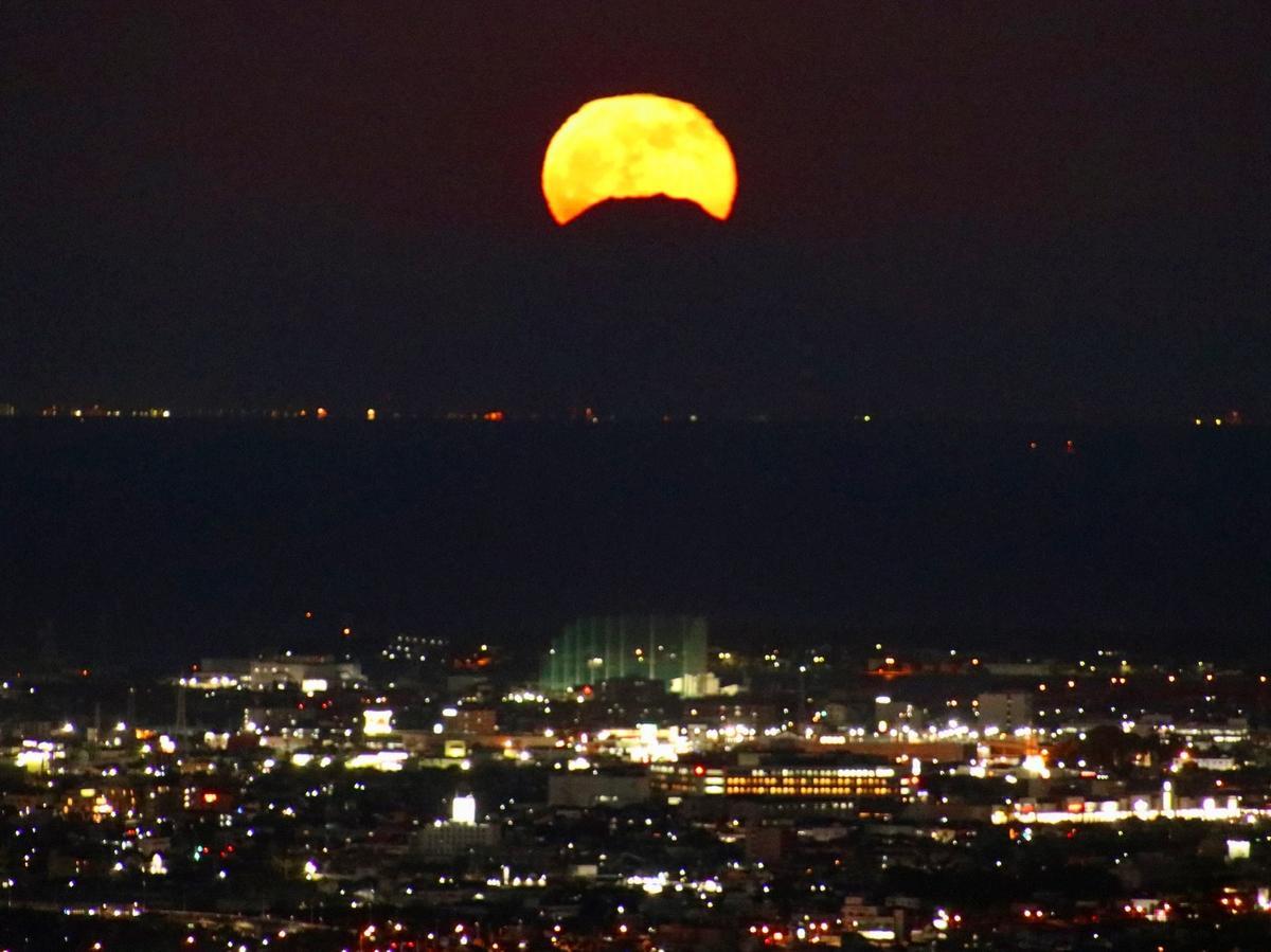 伊勢志摩から直線距離で218キロ離れた富士山とまん丸の月が重なる(撮影=辻村佳和)