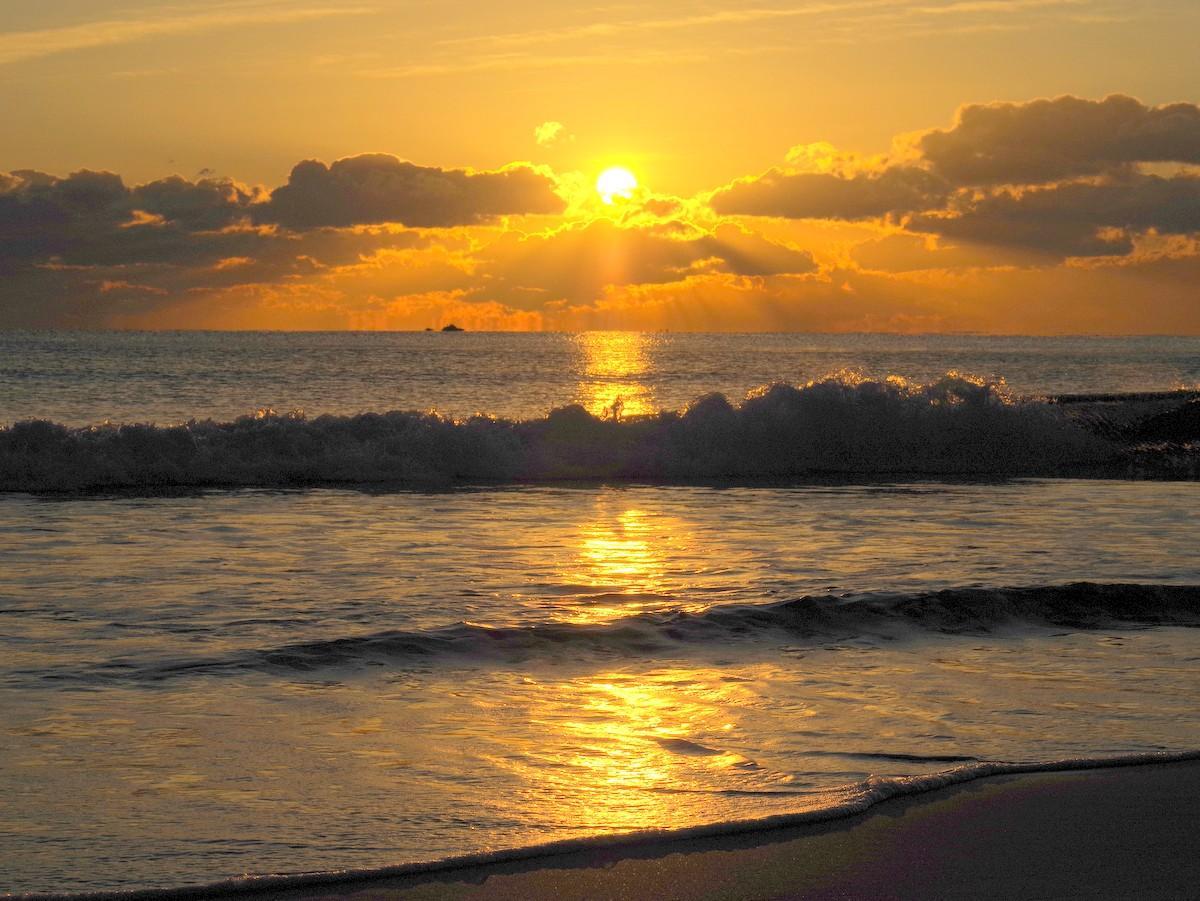 志摩の海から初日の出 風もなく波静かな令和3年の始まり(撮影=岩咲滋雨)